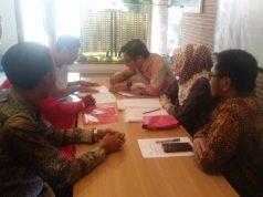 AKAD KREDIT - Salah seorang konsumen tengah melakukan akad kredit pembiayaan apartemen dari BTN Syariah, di Marketing Lounge Cordova Edupartment Tembang, Semarang, Sabtu (16/3).
