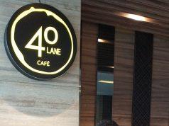 MENU ANDALAN: Epiet Sugiharto Manager FnB Aston Inn Hotel Pandangan, Epiet Sugiharto tengah menunjukan menu andalan 40lane Café.