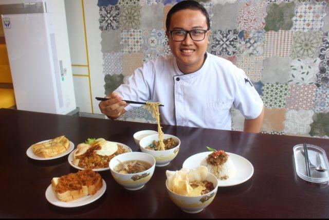 MENU SARAPAN : Chef Executie Mie Ramor tengah menunjukan ragam menu spesial Breakfast. Foto : DWI SAMBODO/JATENG POS.