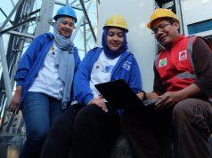 TINJAU TOWER BTS - Head of Sales XL Axiata Regional Jawa Timur Greater Malang dan Jember Deri Puspita Yani, Group Head Corporate Communication XL Axiata Tri Wahyuningsih bersama teknisi XL Axiata meninjau lokasi tower BTS di sekitar Pelabuhan Feri Penyeberangan Ketapang Banyuwangi, Kamis (14/3).