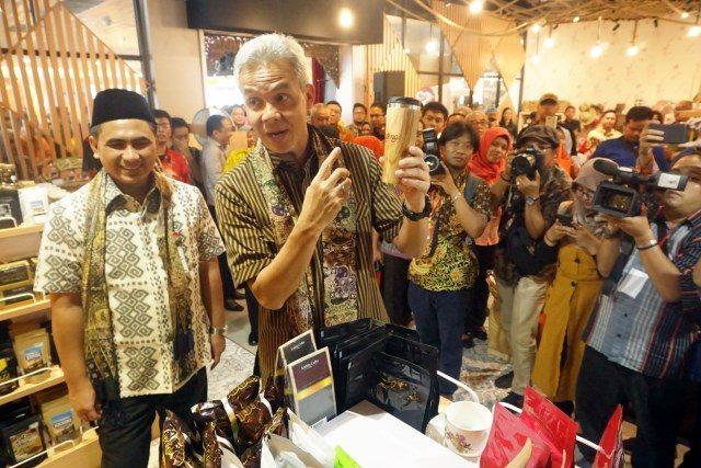 TINJAU GALERI: Gubernur Ganjar Pranowo dan Wakil Gubernur Jateng meninjau stan Galeri UMKM di Bandara Ahmad Yani Semarang usai melakukan peresmian, selasa (5/3).