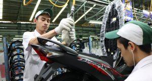 BARU: Honda Supra X 125 FI 01, 02 & 03 : Proses perakitan sepeda motor Honda Supra X 125 Fi dengan balutan stripe baru di pabrik Astra Honda Motor plant Pegangsaan Jakarta.