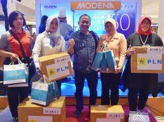 LOMBA MASAK- Manager Komunikasi PLN UID Jateng dan DIY, Haris berfoto bersama para pemenang lomba masak dalam 'PLN Expo Menembus Batas, Diskon Tambah Daya', Sabtu (16/3), di Transmart Semarang.
