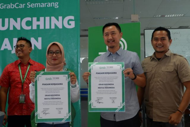 GRAB JAJAN: City Manager Grab of Central Java Abriyani Muharomah dan Andy Brata Regional Sales Manager Central Java Nestle usai penandatanganan program Grab Jajan, Selasa (19/3) kemarin