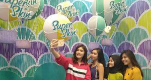 SUPER SELFIE - Sejumlah pengunjung melakukan swa foto di salah satu spot sel¿ e pada Super Sel¿ e yang baru dibuka di Jalan Sultan Agung Semarang, Jumat (29/3).