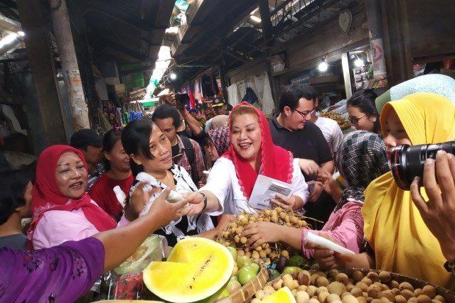 BERTEMU PEDAGANG : Wakil walikota Semarang Hevearita Gunaryanti Rahayu bertemu pedagang pasar Jrakah.
