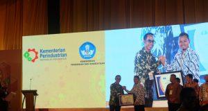VOKASI: GM Corporate Communication AHM Ahmad Muhibbuddin menyerahan bantuan peralatan praktik berupa 40 unit motor dan 40 special tools secara simbolik ke salah satu SMK Binaan Astra Honda. Prapno/Jateng Pos