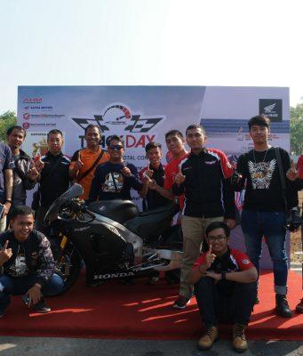 FOTO BERSAMA: Komunitas Honda Jateng berfoto dengan RC213-VS dalam acara Track Day CBR250RR di Sirkuit Mijen, Semarang, beberapa waktu lalu.