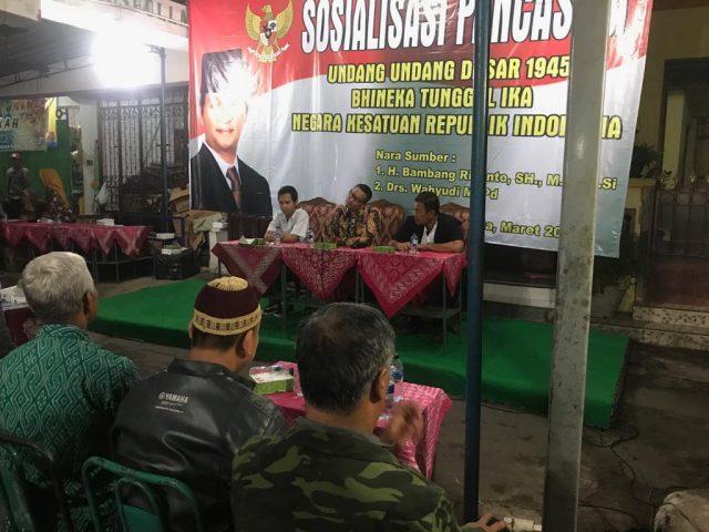 SOSIALISASI : Anggota DPRRI/MPRRI Bambang Riyanto menyampaikan sosialisasi empat konsensus kebangsaan pada warga Semangi, Solo.