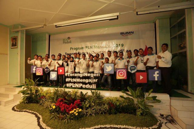 MENGAJAR- Direktur Bisnis Regional Jawa Bagian Barat PLN, Haryanto WS, mengajar di SMA Negeri 1 Surakarta yang menjadi almamaternya. FOTO : IST/ANING KARINDRA/JATENG POS