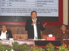 MODERATOR : Ketua IJTI Jateng DR Teguh Hadi Prayitno MM, MHum tengah memandu jalanya seminar nasional Prospek Demokrasi Elektoral Indonesia dalam Penyelenggaraan Pemilu 2019 di gedung balaikota Semarang.