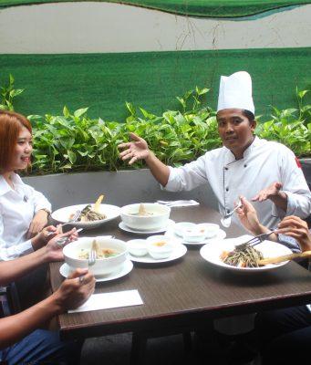 MENU PROMO : Iskandar, Chef Executive Tengah menemani pengunjung menikmati dua menu promo Maret di Star Hotel Semarang.