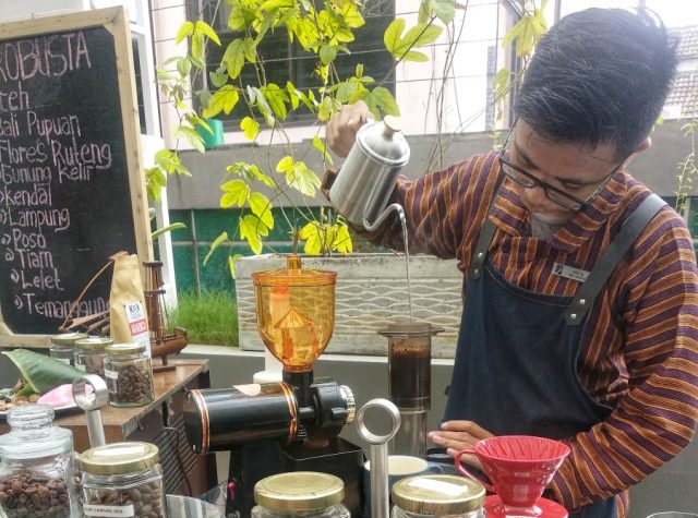 SEDUH KOPI : Barista Teras Kopi Hotel Dafam Semarang tengah menyeduh hasil racikan resep mix minuman kopi khas Nusantara.