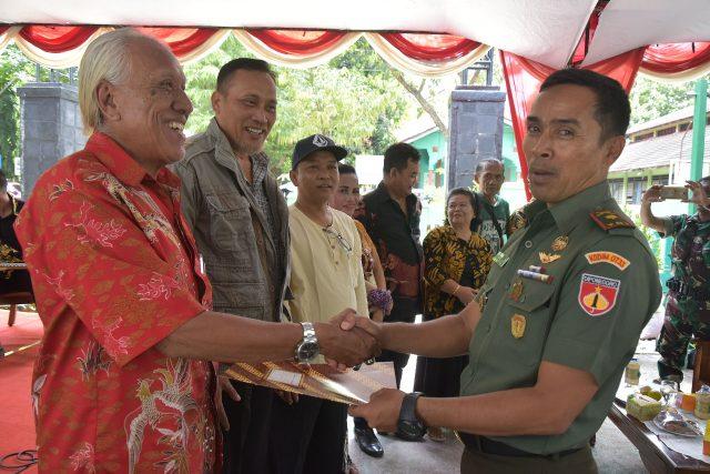 JUARA : Kartiman Londo Penyanyi senior tengah menerima hadiah Juara I Lomba Keroncong dari Mayar Inf Rahmatullah AR Danramil 13 Semarang Selatan.