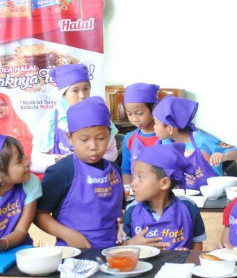 LOMBA MEMASAK: Anak-anak peserta 'Little Master Cooking Class' terlihat antusias mengikuti jalannya kegiatan di Loby Quest Hotel Semarang