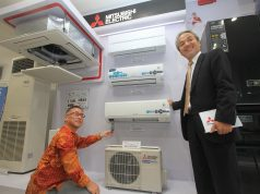 UNGGULAN: Mr. Susumu Oshibe (kanan) President Director PT Mitsubishi Electric Indonesia menunjukan ragam produk unggulan di kantor cabang Semarang.