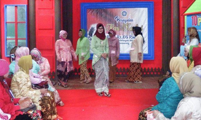 LOMBA BUSANA KEBAYA: Sejumlah ibu anggota PKK RT 06 RW 01 Kelurahan Pedalangan Banyumanik Semarang mengikuti lomba busana kebaya, Minggu (14/4). Lomba yang diikuti 50 peserta itu dalam rangka memperingati Hari Kartini.