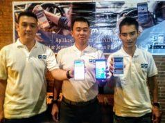 PICK ME- Simon Suryanto,Founder dan Owner Pickme (tengah), Senin (22/4), menunjukkan aplikasi Pick Me dari smartphonenya, sebagai sebagai solusi layanan antar jemput sekolah dan kerja.