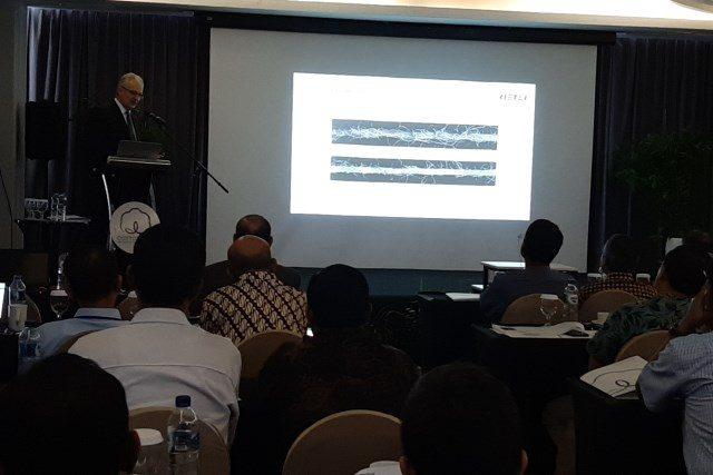 TEKNOLOGI : Head of Technology RIETER, Harald Schwippl menjelaskan teknologi terkini pemintalan benang dalam seminar yang digelar CCI pemegang merk dagang Cotton USA di Hotel Best Western Premier, Solo Baru, Jumat (26/4).