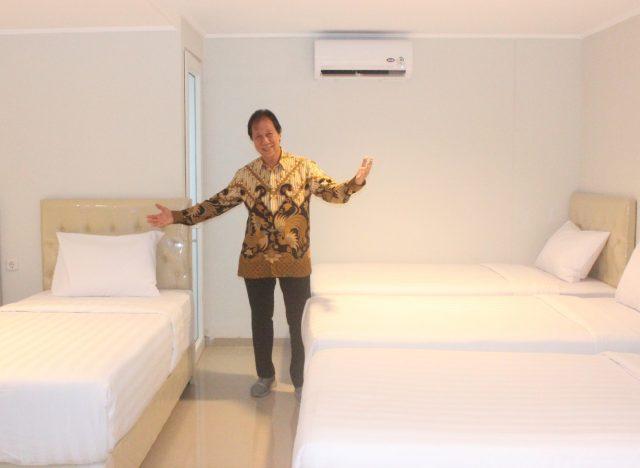 HOTEL WISATA: Budiadi Sopannata, Pemilik Aruuman Hotel Simpang Lima tengah menunjukan Family Room salah satu kamar spesial yang mempunyai tujuh tempat tidur
