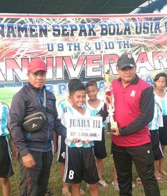 Tim SSB SSS 09 Semarang saat menerima hadiah juara 3 Putra Arisa Cup di Lapangan Kembang Arum, Demak. FOTO : RENDRA WIJAYA/JATENGPOS