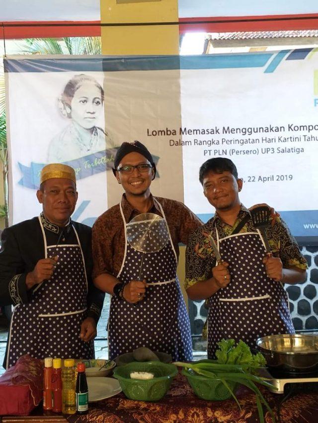 LOMBA MASAK- Manager PLN UP3 Salatiga Wahyu Catur Prasetyo (tengah) dalam lomba masak Hari Kartini.