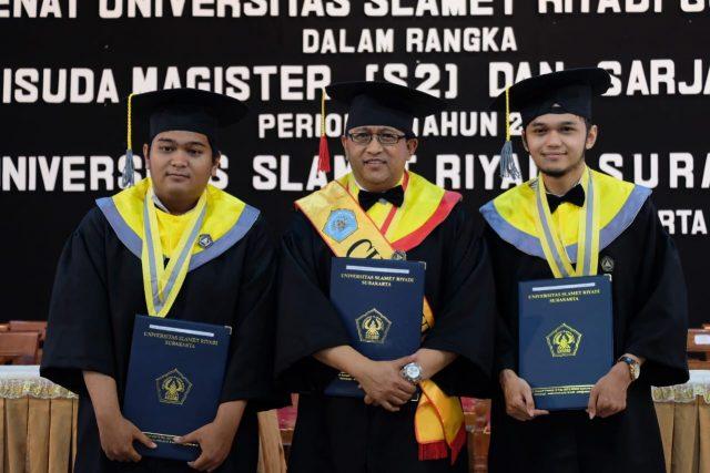 WISUDA : Rachmad Wahyudi bersama dua putranya saat wisuda di Unisri Surakarta, Sabtu (27/4).