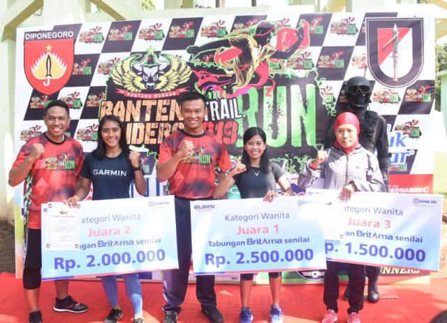 TERBAIK: Para juara Trail Run Banteng Raiders 2019 tengah berpose bersama usai menjadi yang terbaik dari ratusan peserta.