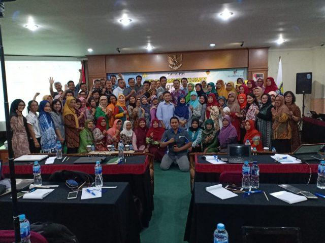 FOTO BERSAMA : Para guru tampak berfoto bersama seusai mengikuti pelatihan menulis artikel ilmiah populer di Upgris Semarang.