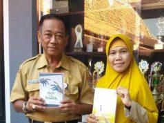 APRESIASI : Kepala Dinas Pendidikan Kendal Drs. Agus Rifai M.Pd bersama Sukarni menunjukkan karya bukunya, Senin, (15/4) kemarin.
