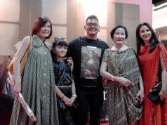 EGERA TAYANG : Maudy Koesnaedi dan sederet bintang Film Ave Maryam saat melakukan foto bersama. Alkomari/Jateng Pos