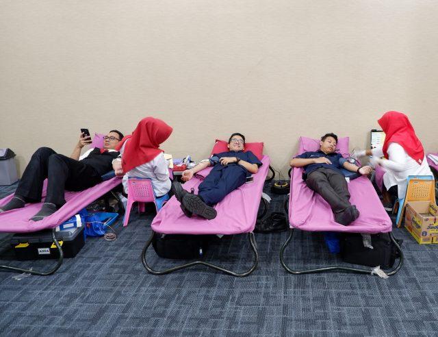 DONOR DARAH : Tampak sejumlah karyawan tengah diambil darahnya oleh petugas kesehatan PMI Kota Semarang.