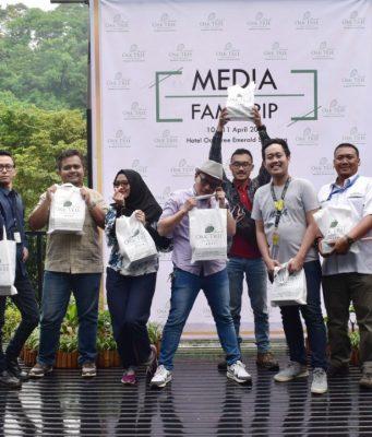 "FOTO BERSAMA: Sejumlah awak media tengah foto bersama usai mengikuti ""Staycation & Family"" giat Gathering Media Oaktree Emerald Hotel Semarang"