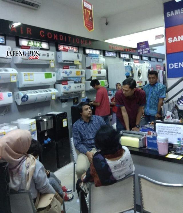 RAMAI - Konsumen ramai memadati pameran HomeTech ke-44 di Superstore Global Elektronik Semarang.
