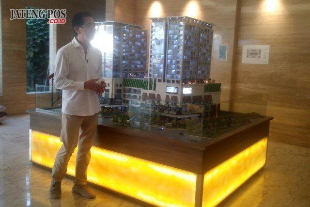 TENTREM HOTEL:Direktur Utama PT. Hotel Candi Baru (HCB) Irwan Hidayat, Senin (13/5) menunjukkan maket proyek Tentrem Hotel Semarang yang ditargetkan mulai beroperasi awal tahun 2020.