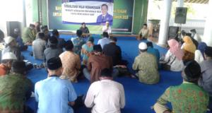 JAGA KEBERSAMAAN: Anggota DPR/MPR RI Drs.H. Fadholi saat mensosialisasikan nilai-nilai kebangsaan kepada masyarakat.