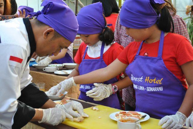 MEMANDU : Chef Tri tengah memandu peserta Little Master Cooking Class Quest Hotel Semarang.