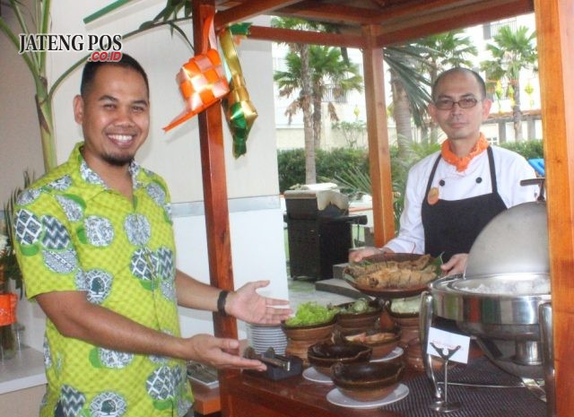 MENU BUKBER: Miyana, General Manager dan Chef Guno, Harris Hotel Sentraland Semarang tengah menunjukan salah satu menu Bukber Ngabuburit Asyik.