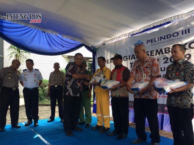 SEMBAKO: CEO Pellindo III Semarang Arief Prabowo secara simbolis menyerahkan sembako gratis bagi warga ring satu Pelabuhan Tanjung Emas Semarang, Kamis (16/5)