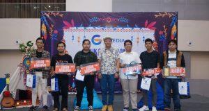 HADIAH- Direktur GMedia, Priyo Suyono (tengah), menyerahkan hadiah kepada lomba Canon Semarang Photo Marathon 2019 Kategori Online, yang didukung oleh Gmedia. FOTO : ANING KARINDRA/JATENG POS