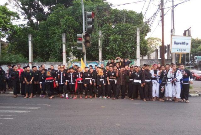 PERGURUAN SILAT : Lebih dari tiga ratus peserta dari perguruan pancak silat membagikan takjil bersama di Jalan Perempatan K-24 Sidomulyo Ungaran Timur.