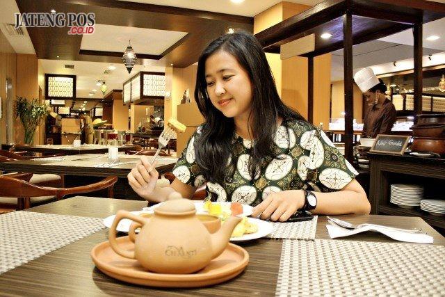 RADISIONAL : Mery, Secretary Hotel Chanti Semarang saat mencicipi beberapa menu makanan dan minuman tradisional Tenongan Ramadhan di Layana cafe & restoran Hotel Chanti Semarang