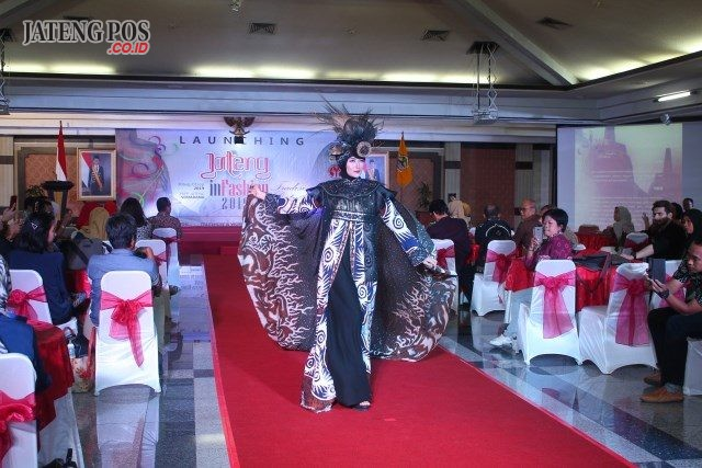 KREASI MODERN: Salah satu model tengah memperagakan busana kreasi modern batik dalam event Launching Jateng In Fashion 2019.