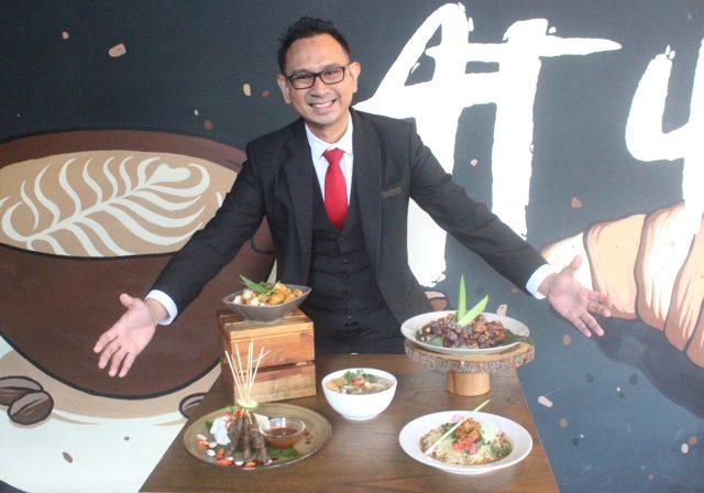 MENU RAMADHAN : Krisdiar Pora, Marketing Komunikasi Aston Inn Hotel Pan - danaran Semarang tengah menunjukan ragam menu spesial Ramadhan Feast