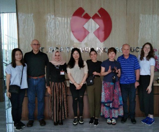 FOTO BERSAMA : Chen Qiong Fen - Direktur Utama PT DCP Travelling Products (ketiga dari kanan) berfoto bersama sejumlah buyer usai mengelar sebuah pertemuan.