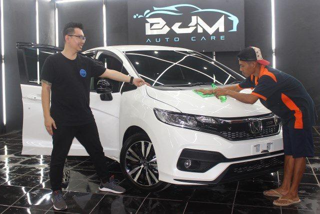 SERVICE MAKSIMAL : Ranaldo Handoko tengah menunjukan hasil kerja pelayanan Nano Ceramic BJM Autoworkshop.