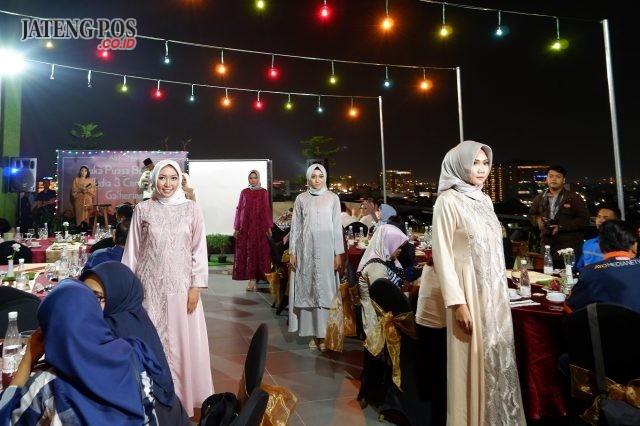 BUKBER SPESIAL: Peragaaan busana muslim tengah menghibur tamu undangan dalam acara buka bersama Aston Inn Hotel Pandanaran Semarang.