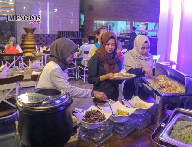 BUKBER SPESIAL: Pelanggan tengah menikmati menu spesial bukber Grand Edge Hotel Semarang.