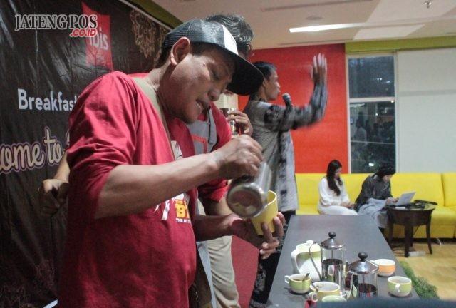 MEMBUAT KOPI LATTE ART: Peserta bukber Ibis Hotel Simpanglima, tengah belajar membuat Kopi Latte Art sesi acara yang menarik perhatian tamu undangan
