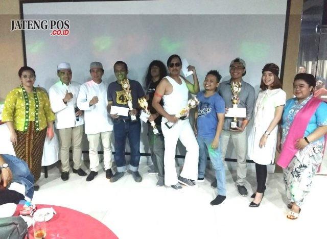 JUARA LOMBA: Pemenang lomba nyanyi lipsing Bukber Star Hotel Semarang tengah foto bersama.